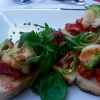 Bruschetta mit Gambas, tasty tomatoes, mildem Chili an Rucolasalat