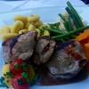 Kalbsrückensteak gefüllt mit Datteln und Pancetta, Buttergnocchi und Saisongemüse