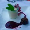 Panna Cotta mit pürierten Beeren und karamellisierter Feige
