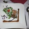 Confierter Thunfisch, geschmorte Kalbsbäckchen und glasierte Kapernäpfel mit Rucola im Parmesannest