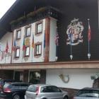 Foto zu Parkhotel Wallgau: Eingangsbereich mit Parkplätzen