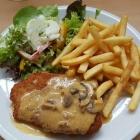 Foto zu Turnerheim: Kleines Jägerschnitzel mit Pommes u. Salatgarnitur