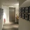 Gang zu den Sanitäranlagen, rechts und links Bilder von Promi`s