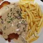Foto zu SPR - Panorama Restaurant GmbH: Schnitzel nach Wiener Art mit Pommes und Pilzrahmsoße