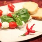 Foto zu TAPAS & Co. - Deutsch-Spanische Küche: Tomate-Mozzarella Spieße - mit Basilikum