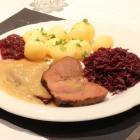 Foto zu TAPAS & Co. - Deutsch-Spanische Küche: Wildschweinkeule - an selbstkreierter Met-Soße, Knödel, Rotkraut-Gemüse und Preiselbeeren