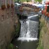 Der Wasserfall, mitten im Ortskern