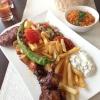 Gegrillter Lammspieß, Lammkotlett, Lamm-Kalb-Frikadelle und Hähnchenspieß, dazu Zaziki, Türkischer Salat und ein Beilagensalat