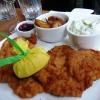 Wiener Schnitzel, Bratkartoffeln, Gurkensalat, verpackte Zitrone