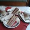 Joghurttorte und Schokotorte mit Latte Machiato
