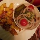 Foto zu Gutsausschank Preis: Spießbraten-Salat, Kalter Braten mit Essiggurken Zwiebeln und Essig u. Öl angemacht mit Bratkartoffeln