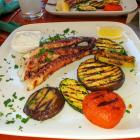 Foto zu Posthörnle: Oktopus vom Grill mit Olivenöl, Zitrone, Knoblauch, gegrilltes Gemüse
