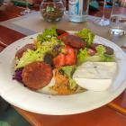 Foto zu Posthörnle: Falafelteller - Kichererbsentaler  auf Salat mit Cacik