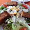 Salatteller AllerHand mit gebackenem Käse