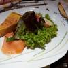 Quiche von roten Linsen und Lachs an Salat mit Holunderessig