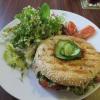 Bagel mit Thunfischaufstrich und frischem Salat