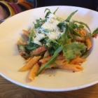 Foto zu Pfälzer GenussFraktion: Pasta mit grünem Spargel, Tomaten-Sugo, Rucola und Gran Padano