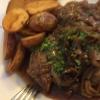 Winzersteak  (Schw.-Kamm) mit Reisling-Zwiebeln und neue Kartoffeln frittiert