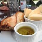 Foto zu Pfälzer GenussFraktion: Parmesan-Chips mit Olivenöl und Baguette