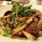 Foto zu Pfälzer GenussFraktion: Pasta mit Rinds-Tomatensugo, Rucola und Parmesan
