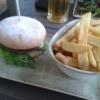 """Burger """"Gorgonzola"""" mit milder Gorgonzolasoße, Kirschtomaten und Rauke"""