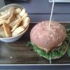 """Burger """"Pfeffersack"""" mit 3-Pfeffersoße, geschmorten Zwiebeln und Rauke"""