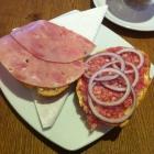 Foto zu Café und Bäckerei Ripken: halbe Brötchen mit Kochschinkwen und Hackepeter