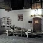 Foto zu Weinstube am Brühl im Romantik Hotel am Brühl: Über den Hof geht's zur Weinstube