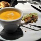 Foto zu Weinstube am Brühl im Romantik Hotel am Brühl: Süßkartoffelschaumsüppchen mit geräucherter Makrele als Amuse