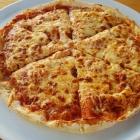 Foto zu Pizzeria Portofino: Pizza Margherita auf dem Weinfest in Meddersheim. Geschmacklich nicht überzeugend.
