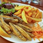 Foto zu Sonne: Frittierte Sardinen mit Pommes, Zaziki und Salat