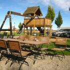 Foto zu Gaumentanz: Aussenterrasse mit Kinderspielplatz
