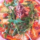 Foto zu Caruso: Pizza Scampi mit Scampis, frischen Tomaten, Rucola und Käse  8,90 €