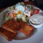 Foto zu Streng`s Bistro & Cafe am Gleis: Kartoffeltaschen mit Füllung, Dip und Salatbeilage