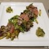 Thai–Beef Salat mit Pak Choi, Sesam, Koriander, Zucchini und Grapefruit