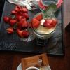 Schmandmousse mit Keks und marinierten Erdbeeren