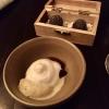 """""""Süßkram"""":   Schale mit eingelegten Pflaumen, Vanille-Eis und -Sahne, sowie einer Mohn-Holunderblüten-Praliné."""