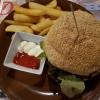 """Rindfleischburger """"Amboss"""" mit 200gr frischen Rindfleisch, Gouda und selbstgefertigter Amboss-Sauce, Sesambrötchen und Steakhouse-Pommes"""