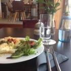 Foto zu Josis Klause Café I Pension: Schwarzwurzel Quiche mit Salat bei Josi's Klause