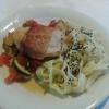 Saltimbocca vom Hähnchen auf tomatisiertem Gemüsebett dazu Sesampasta