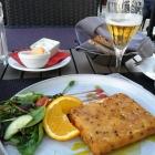 Foto zu Weinbar Restaurant Baron: Fetakäse in einer goldbraunen Hülle mit Sesam / Honig