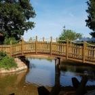 Foto zu Burrweiler Mühle · Weingut: Brücke zu einem der Außensitzbereiche