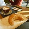 Croissant und Cappucino