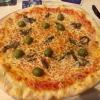 Pizza Napoli mit Sardellen und Oliven