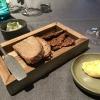 Vorab: frisches selbstgebackenes Brot mit selbstgeschlagener Butter und aufgeschäumten Schmand