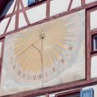 Foto zu Donaustüble: Sonnenuhr an der Fassade