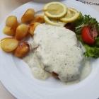 Foto zu Zur Guten Stube: Schnitzel mit Brot + Kräuterrahmsoße