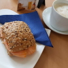 Brötchen mit Räucherlachs und Milchkaffe
