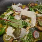 Foto zu Belsers Restaurant: Ravioli gefüllt mit Steinpilzen und Ricotta in Gorgonzola-Veluté-Sauce, Babyspinat und karamelisiertes Walnusscrumble