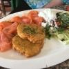 Reibekuchen mit gebeiztem Lachs und Salatgarnitur (11,20€